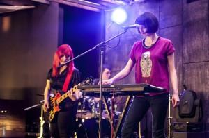 вокалистка в рок-группу